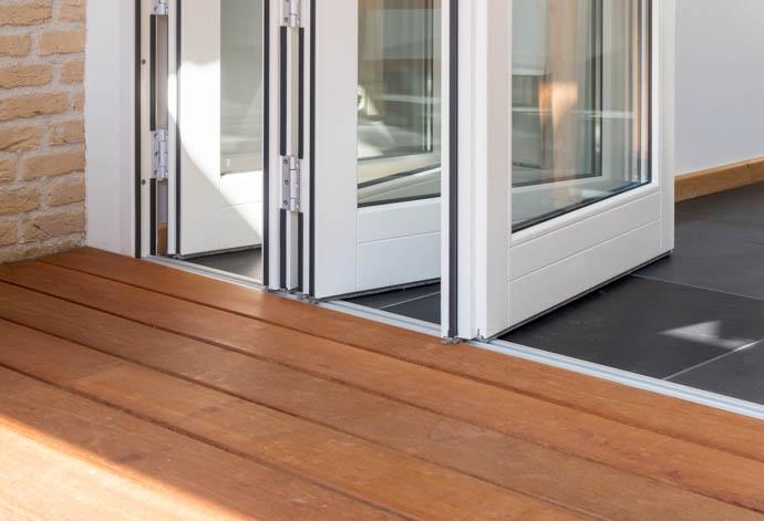 glas faltwand ersetzt fenster mehr licht f rs eigene zuhause. Black Bedroom Furniture Sets. Home Design Ideas