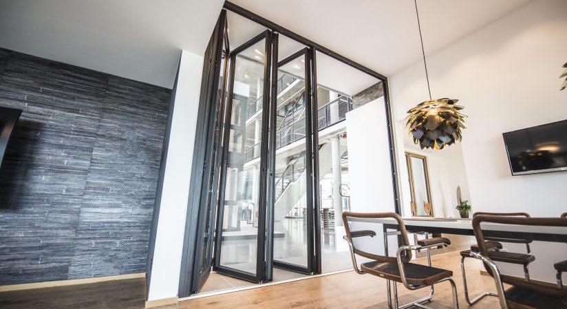 jetzt in unserer ausstellung die neue glas faltwand. Black Bedroom Furniture Sets. Home Design Ideas